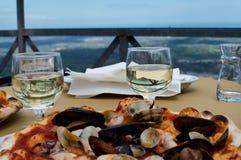 Smakliga medelhavs- pizza och vin Arkivfoto