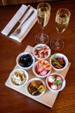 Smakliga mellanmål och champagne på en trätabell i en restaurang arkivbild