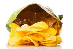 Smakliga men sjukliga potatoechiper för guling. arkivbild