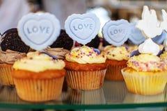 smakliga muffiner Inskriften är förälskelse Begreppet av mat, PA Fotografering för Bildbyråer