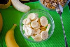 Smakliga nya bananer och skivad banan i bunken, bästa sikt Arkivfoto