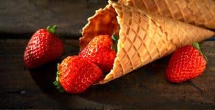 Smakliga nya mogna röda jordgubbar i en kornett Royaltyfria Foton