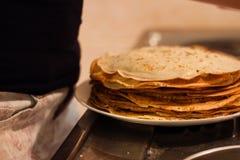 Smakliga pannkakor som göras av min flickvän Fotografering för Bildbyråer