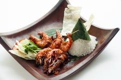 Smakliga ris med räkor och några andra ingridients med vit bakgrund royaltyfri fotografi