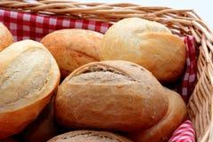 Smakliga rullar för nytt bröd i en korg Royaltyfri Foto
