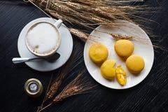 Smakliga söta macarons och kaffekopp Makron på svart bakgrund Top beskådar Royaltyfria Bilder
