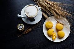 Smakliga söta macarons och kaffekopp Makron på svart bakgrund Top beskådar Royaltyfri Fotografi