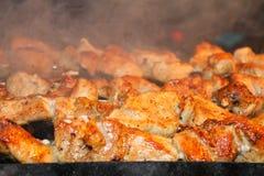 Smakliga saftiga stycken av kött som stekas på kol Grillfest på gallret royaltyfri foto