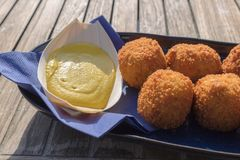 Smakliga stekte köttbollar som tjänas som med senap i en strandrestaurang arkivbild