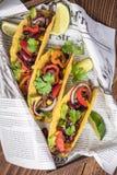 Smakliga taco tjänade som i bar eller stång arkivfoton