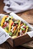 Smakliga taco tjänade som i bar eller stång royaltyfria bilder