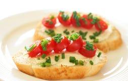 smakliga tomater för ostkrämsmörgås Royaltyfri Fotografi