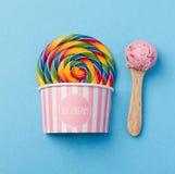 Smakligt aptitretande fejkar Lollypop glass på ljus bakgrund Arkivfoto