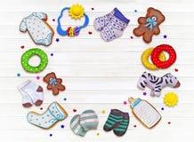 Smakligt behandla som ett barn nyfödda kakor som dekoreras med glasyr i ask Arkivbild