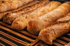 Smakligt bröd på hylla i bageri arkivfoto
