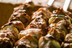Smakligt griskött med lökar som är klara för en picknick Arkivbild