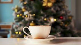 Smakligt julkaffe, träd för nytt år på bakgrund stock video