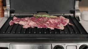 Smakligt kött släntrar av nötkött på elektriskt galler lager videofilmer