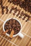Smakligt kaffe med kanel från över Royaltyfria Bilder