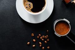 Smakligt kaffe på den svarta tabellen med choklad royaltyfria foton