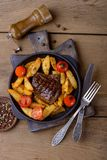 Smakligt matställekött med potatos och tomater Royaltyfria Foton