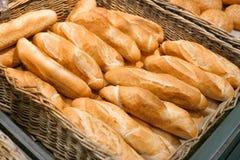 Smakligt nytt bageri i supermarket royaltyfri foto