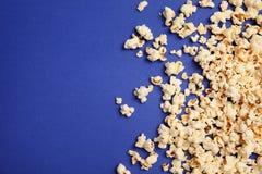 Smakligt nytt popcorn på färgbakgrund arkivbild