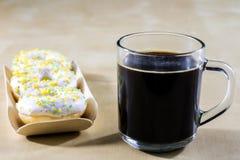 Smakligt och nytt donuts och kaffe i en glass kopp Drink och swee arkivfoto
