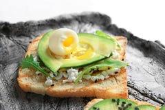 Smakligt rostat bröd med avokadot på plattan, closeup arkivfoton