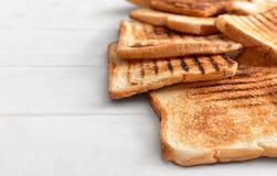 Smakligt rostat bröd på tabellen arkivbild