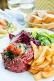 Smakligt tartare (rått nötkött) royaltyfri foto