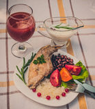 Smakosz piec królik nogę z ryż i fasolami Biały kumberland i szkło pomidorowy sok Posiłek słuzyć na bielu talerzu i ch po prostu Fotografia Royalty Free