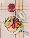 Smakosz piec królik nogę z ryż i fasolami Biały kumberland i szkło pomidorowy sok Posiłek słuzyć na bielu talerzu i ch po prostu Zdjęcie Stock