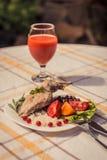 Smakosz piec królik nogę z ryż i fasolami Biały kumberland i szkło pomidorowy sok Posiłek słuzyć na bielu talerzu i ch po prostu Obraz Stock