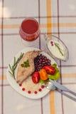 Smakosz piec królik nogę z ryż i fasolami Biały kumberland i szkło pomidorowy sok Posiłek słuzyć na bielu talerzu i ch po prostu Obraz Royalty Free