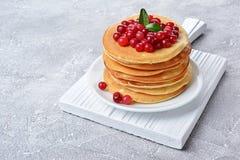 Smakowici śniadaniowi Domowej roboty bliny z świeżym cranberry Fotografia Stock