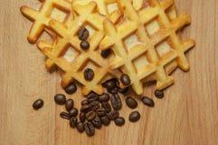 Smakowici świezi Belgijscy opłatki, zbożowa kawa na drewnianym tle fotografia stock