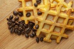 Smakowici świezi Belgijscy opłatki, zbożowa kawa na drewnianym tle, w górę fotografia stock
