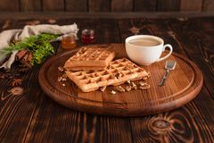 Smakowici świezi Wiedeń opłatki, dżem i filiżanka kawy na ciemnym drewnianym tle, obrazy stock