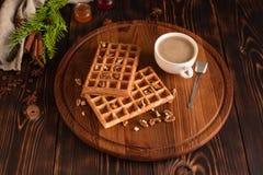 Smakowici świezi Wiedeń opłatki, dżem i filiżanka kawy na ciemnym drewnianym tle, obraz stock