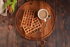 Smakowici świezi Wiedeń opłatki, dżem i filiżanka kawy na ciemnym drewnianym tle, zdjęcie royalty free