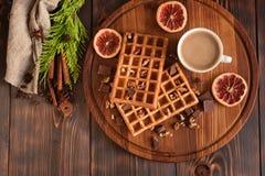 Smakowici świezi Wiedeń opłatki, dżem i filiżanka kawy na ciemnym drewnianym tle, fotografia stock