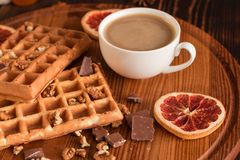 Smakowici świezi Wiedeń opłatki, dżem i filiżanka kawy na ciemnym drewnianym tle, obrazy royalty free