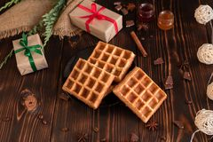 Smakowici świezi Wiedeń opłatki, dżem i filiżanka kawy na ciemnym drewnianym tle, zdjęcie stock