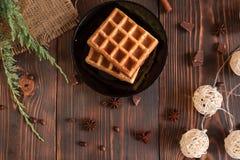 Smakowici świezi Wiedeń opłatki, dżem i filiżanka kawy na ciemnym drewnianym tle, zdjęcia stock