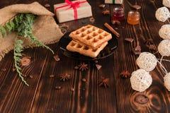 Smakowici świezi Wiedeń opłatki, dżem i filiżanka kawy na ciemnym drewnianym tle, fotografia royalty free