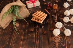 Smakowici świezi Wiedeń opłatki, dżem i filiżanka kawy na ciemnym drewnianym tle, obraz royalty free