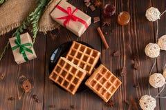 Smakowici świezi Wiedeń opłatki, dżem i filiżanka kawy na ciemnym drewnianym tle, zdjęcia royalty free