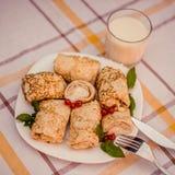 Smakowici bliny z domowym robić serem na bielu matrycują zbliżenie Zdjęcia Stock