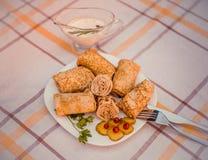 Smakowici bliny z mięsem na bielu matrycują zbliżenie Zdjęcie Royalty Free